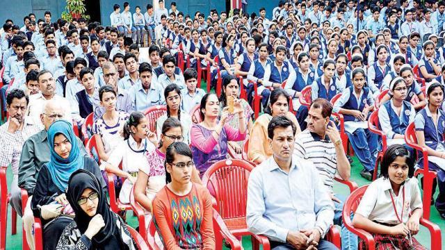 अलीगढ़ के ब्रिलिएंट पब्लिक स्कूल में आयोजित पुलिस की पाठशाला में मौजूद शिक्षक एवं विद्यार्थी।