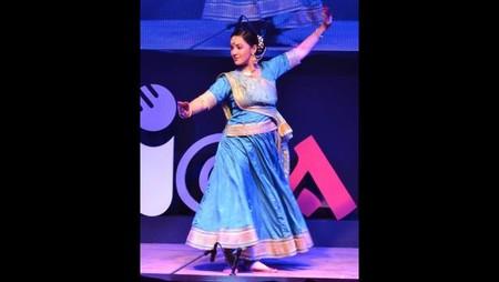 आगरा। नज़रिया- जो जीवन बदल दे! कार्यक्रम में मनमोहक प्रस्तुति देतीं प्रसिद्ध कथक नृत्यंगना श्रीती दिव्या गोस्वामी दीक्षित।
