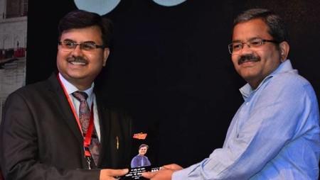 आगरा। इसी कार्यक्रम में भाषा स्थानिकीकरण (माइक्रोसॉफ्ट) के निदेशक बालेन्दु शर्मा दाधीच को सम्मानित करते कमिश्नर के. राममोहन राव
