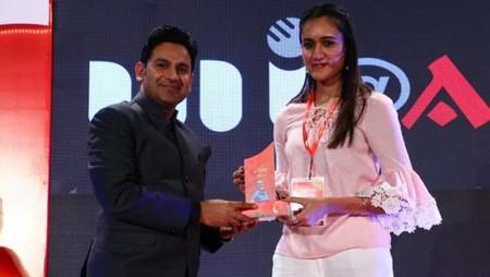 नई दिल्ली में 26 मई, 2018 को आयोजित नज़रिया-जो जीवन बदल दे कार्यक्रम में टेबल टेनिस खिलाड़ी मनिका बत्रा को सम्मानित करते चर्चित गीतकार मनोज मुन्तशिर।