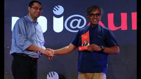 नई दिल्ली में 26 मई, 2018 को आयोजित नज़रिया-जो जीवन बदल दे कार्यक्रम में स्थापित व्यंग कवि आलोक पुराणिक को सम्मानित करते अमर उजाला के अनुत्तम सेन।