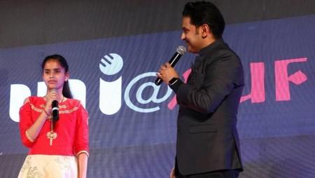 नई दिल्ली में 26 मई, 2018 को आयोजित नज़रिया-जो जीवन बदल दे कार्यक्रम में नवोदित गायिका पायल ठाकुर का हौसला अफजाई करते संगीतकार मनोज मुन्तशिर।