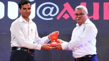 नज़रिया-जो जीवन बदल दे कार्यक्रम में इसरो के वैज्ञानिक इम्तियाज़ अली खान को सम्मानित करते अमर उजाला के संपादक कार्यकारी डॉ. इंदु शेखर पंचौली।