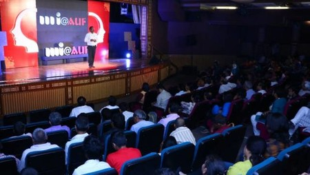 नज़रिया-जो जीवन बदल दे कार्यक्रम में इसरो के वैज्ञानिक डॉ. वी.एम.चौधरी और उपस्थित श्रोता।