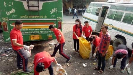 हल्द्वानी केमू बस अड्डे पर आयोजित स्वच्छता अभियान में सफाई करते गो क्लीन गो ग्रीन संस्था के सदस्य।