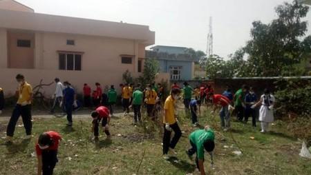 हल्द्वानी में आयोजित स्वच्छता अभियान में बढ़-चढ़कर हिस्सा लेते विद्यार्थी