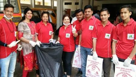 हल्द्वानी में आयोजित स्वच्छता अभियान में मौजूद गो ग्रीन गो क्लीन संस्था के सदस्य