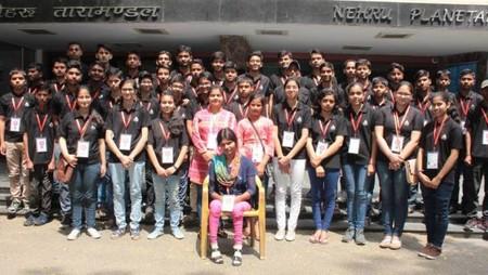 नेहरू तारामंडल का दर्शन करते अतुल माहेश्वरी छात्रवृत्ति विजेता