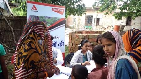 कानपुर के बाढ़प्रभावित क्षेत्रमें आयोजित स्वास्थ्य शिविर शिविर में स्वास्थ्य जांच करते चिकित्सक।