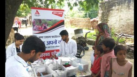 कानपुर के बाढ़प्रभावित क्षेत्रमें आयोजित स्वास्थ्य शिविर में दवाइयों का वितरण करते फार्मासिस्ट।