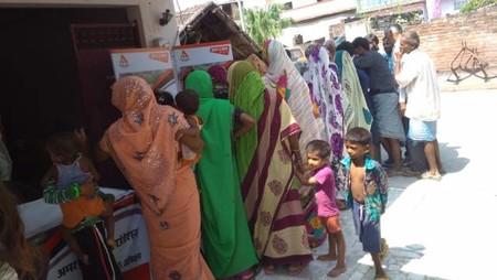 कानपुर के शिव दीनपुरवा गांव में आयोजित स्वास्थ्य शिविर में मौजूद ग्रामीण