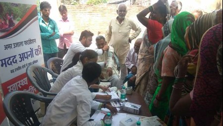 कानपुर के शिव दीनपुरवा गांव में आयोजित स्वास्थ्य शिविर में स्वास्थ्य परीक्षण करते चिकित्सक