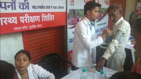 कानपुर के दूर्गापुरवा गांव में आयोजित निःशुल्क स्वास्थ्य शिविर में स्वास्थ्य परीक्षण कराते मरीज