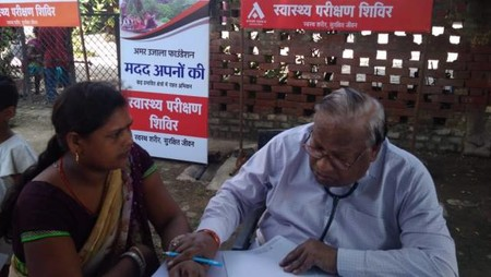 कानपुर के गुजैनी गांव स्थित विशंभर सिंह इंटर कॉलेज में आयोजित स्वास्थ्य शिविर में स्वास्थ्य परीक्षण करते चिकित्सक
