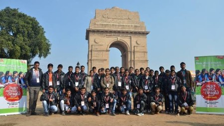 अतुल माहेश्वरी छात्रवृत्ति सम्मान समारोह के दौरान बच्चों ने इंडिया गेट का भ्रमण किया