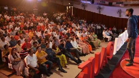 चंडीगढ़ पीजीआई के भार्गव ऑडिटोरियम में आयोजित नज़रिया- जो जीवन बदल दे कार्यक्रम में अपने अनुभव साझा करते आनंद मलिगावद