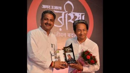 चंडीगढ़ पीजीआई के भार्गव ऑडिटोरियम में आयोजित नज़रिया- जो जीवन बदल दे कार्यक्रम में सोनम वांगचुक को सम्मानित करते पंजाब के पीडब्ल्यूडी और शिक्षा मंत्री विजय इंदर सिंगला