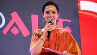 नई दिल्ली में 26 मई, 2018 को आयोजित 'नज़रिया- जो जीवन बदल दे' कार्यक्रम का संचालन करतीं दिव्या गोस्वामी दीक्षित।