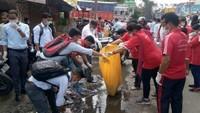 सफाई अभियान चलाते गो क्लीन गो ग्रीन संस्था के सदस्यl