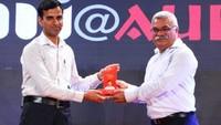 नज़रिया-जो जीवन बदल दे कार्यक्रम में इसरो के वैज्ञानिक इम्तियाज़ अली खान को सम्मानित करते अमर उजाला के कार्यकारी संपादक डॉ. इंदु शेखर पंचोली।