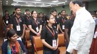 उपराष्ट्रपति वेंकैया नायडू ने छात्रवृत्ति पाने वाले दिव्यांग छात्र से बातचीत की और हौसला बढ़ाया