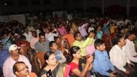 वाराणसी के सनबीम स्कूल में आयोजित शक्ति परियों की हौसला अफजाई कार्यक्रम में मौजूद अभिभावक और शिक्षक।