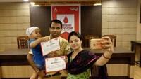 विश्व रक्तदाता दिवस के अवसर पर आयोजित रक्तदान शिविर में रक्तदान के पश्चात सेल्फी लेते युवा दम्पति।