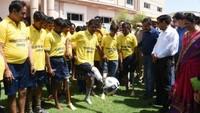 कृत्रिम अंग लगवाने के बाद स्कूल के मैदान में फूटबाल खेलने का प्रयास करते दिव्यांगजन
