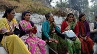 सदाबहानी गगास अभियान के दौरान विश्राम करती महिलाएं