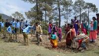अमर उजाला फाउंडेशन सदाबहानी गगास अभियान के तहत अल्मोड़ा जिले के उदयपुर के जंगल में स्थित सालों पुराने गौमाटी खाव को सुधारती ग्रामीण महिलाएं व अन्य