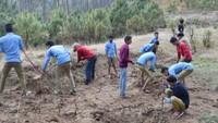 अमर उजाला फाउंडेशन सदाबहानी गगास अभियान के तहत अल्मोड़ा जिले के उदयपुर के जंगल में स्थित पुराने कोड़ियां के खाव को सुधारते एनएसएस के छात्र