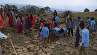 अमर उजाला फाउंडेशन सदाबहानी गगास अभियान के तहत अल्मोड़ा जिले के उदयपुर के जंगल में स्थित सालों पुराने गौमाटी खाव को सुधारते एन.एस.एस. के छात्र व अन्य ग्रामीणजन