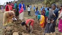 सदाबहानी गगास अभियान के तहत अल्मोड़ा जिले के उदयपुर के जंगल में स्थित सालों पुराने गौमाटी खाव को सुधारती ग्रामीण महिलाएं