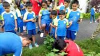 हल्द्वानी के पाथ फाइंडर बोर्डिंग स्कूल में आयोजित पौधारोपण कार्यक्रम में पौध रोपण करते बच्चे।