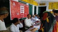 उरई के खरका गांव में आयोजित निःशुल्क स्वास्थ्य शिविर में स्वास्थ्य परीक्षण करते चिकित्सक।