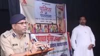 उन्नाव के सेंट लारेंस स्कूल में आयोजित पुलिस की पाठशाला में जानकारी देते एसपी हरीश कुमार।