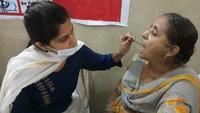 हल्द्वानी के राजेन्द्र नगर स्थित गुरुद्वारे में आयोजित शिविर में स्वास्थ्य परीक्षण करती चिकित्सक।