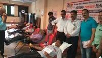 कानपुर के एलआईसी कार्यालय में आयोजित रक्तदान शिविर में रक्तदान करते लोग