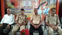 महोबा के जनतंत्र इंटर कॉलेज में आयोजित पुलिस की पाठशाला में मौजूद पुलिस अधिकारी।