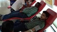 लखनऊ के एजिस कार्यालय में आयोजित रक्तदान शिविर में रक्तदान करते लोग।
