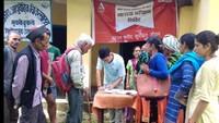 पिथौरागढ़ के धारचूला में आयोजित स्वास्थ्य शिविर में पंजीकरण कराते मरीज।