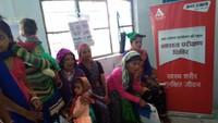 पिथौरागढ़ के धारचूला में आयोजित स्वास्थ्य शिविर में मौजूद मरीज।