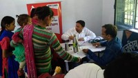 पिथौरागढ़ के धारचूला में आयोजित स्वास्थ्य शिविर में स्वास्थ्य परीक्षण करते चिकित्सक।
