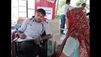 टनकपुर के थपलियालखेड़ा गांव में आयोजित स्वास्थ्य शिविर में मरीजों की जांच करते चिकित्सक।