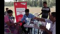 टनकपुर के थपलियालखेड़ा गांव में आयोजित स्वास्थ्य शिविर में मरीजों को दवाइयां प्रदान करते फार्मासिस्ट।