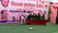 देहरादून के आई.एम.ए. ब्लड बैंक में आयोजित रक्तदान शिविर में सांस्कृतिक कार्यक्रम का आयोजन करते कलाकार।