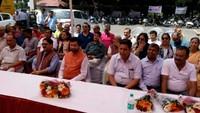 देहरादून के आई.एम.ए. ब्लड बैंक में आयोजित रक्तदान शिविर में मौजूद कैबिनेट मंत्री प्रकाश पन्त और अन्य अतिथि।