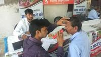 कानपुर के शिव दीनपुरवा गांव में आयोजित स्वास्थ्य शिविर में नेत्र परीक्षण करते चिकित्सक