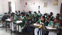 देहरादून में ओजोन दिवस के अवसर पर आयोजित कला एवं निबंध प्रतियोगिता में भाग लेती छात्राएं।