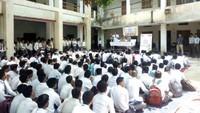 गोरखपुर के महात्मा गाँधी इंटर कॉलेज में आयोजित पुलिस की पाठशाला में मौजूद विद्यार्थी।